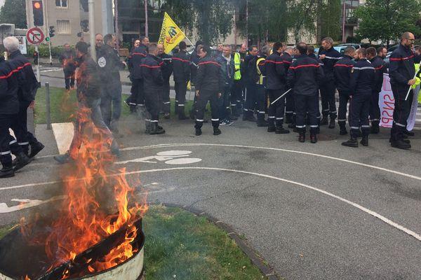 Une centaine de sapeurs-pompiers se sont rassemblés, lundi 30 avril, devant la caserne Turgot, à Clermont-Ferrand, pour dénoncer le manque d'effectifs de moyens dans la profession.