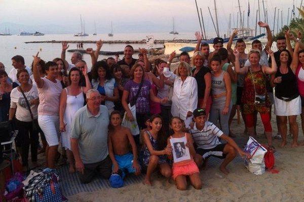 Le petit groupe de fans sur la plage du Ponteil à Antibes pour leur soirée spéciale.