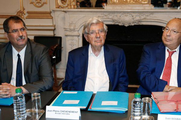 L'ancien ministre de l'Intérieur, le Belfortain Jean-Pierre Chevènement, entouré du président du conseil français du culte musulman (CFCM) Anouar Kbibech, et du recteur de la mosquée de Paris Dalil Boubakeur ce lundi à Paris. (©Matthieu Alexandre / AFP)