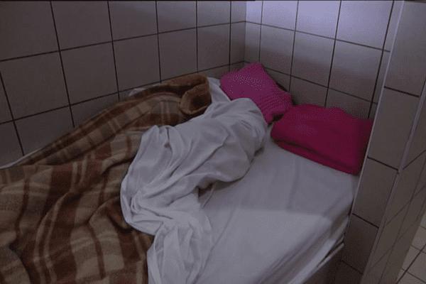 Un lit -occupé- au centre d'hébergement d'urgence de Chambéry