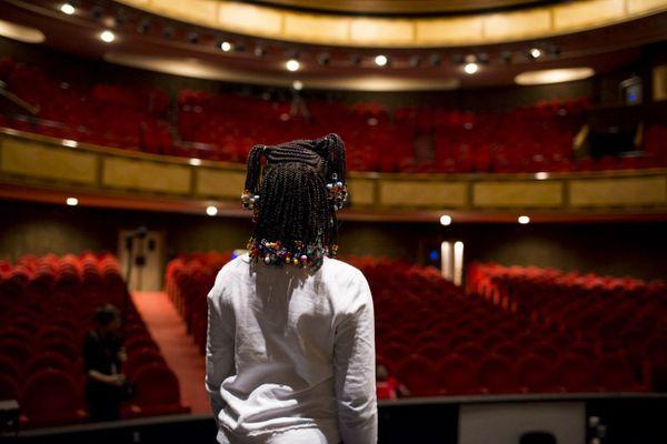 Une enfant découvre l'Opéra de Limoges