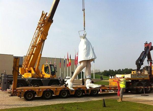 """Les jambes de l'infirmière de """"The Kiss"""", sculpture monumentale en cours d'installation devant le mémorial de Caen"""