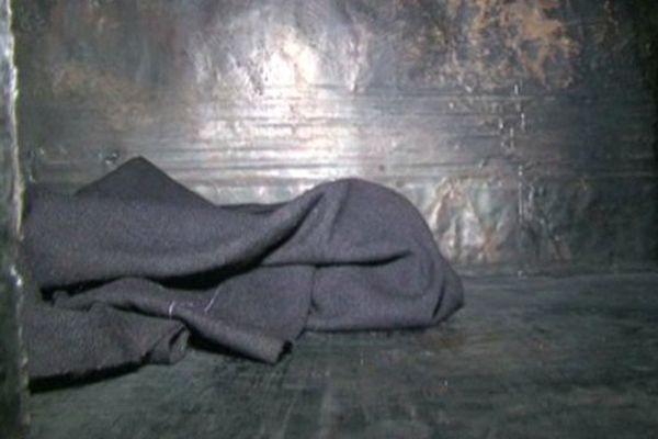 Barils de goudron aplanis dont se servent les ouvriers comme abri