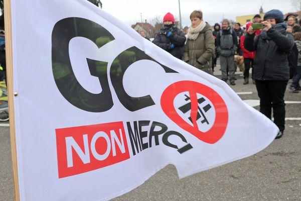 """Drapeau """"GCO - Non merci"""" lors d'une manifestation anti-GCO en janvier 2018."""