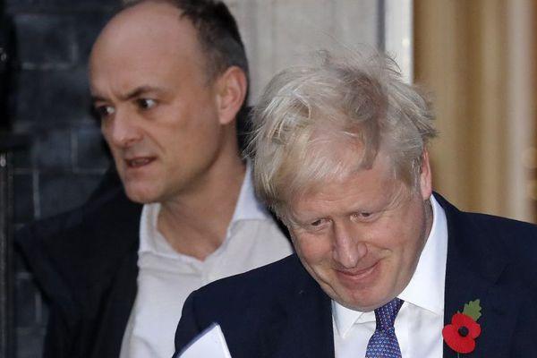 Le Premier ministre britannique Boris Johnson et son conseiller spécial Dominic Cummings (à gauche).