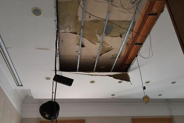 Le plafond a été endommagé