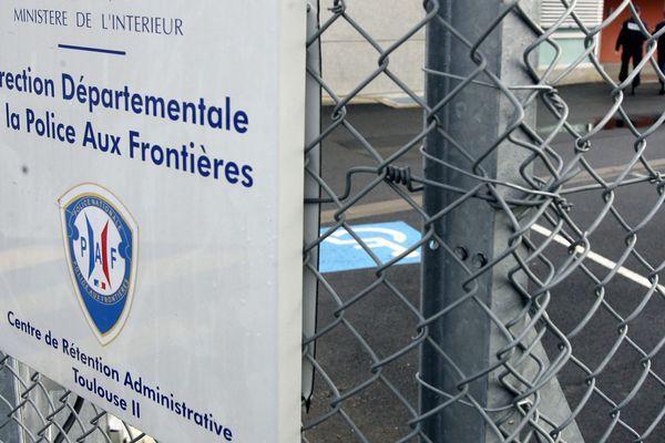 Le centre de rétention (CRA) de Toulouse se situe à Cornebarrieu, près des pistes de décollage de l'aéroport de Blagnac.