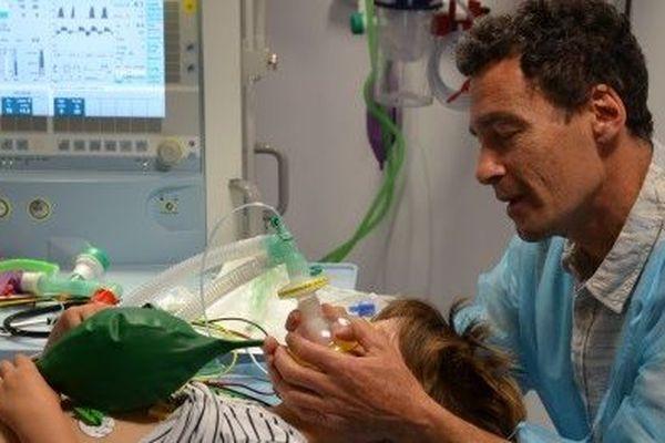 Les médecins oncologues harmonisent leurs pratiques sur l'hypnose médicale pour limiter les anesthésies générales des jeunes patients.