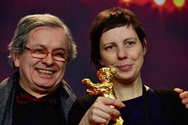 """La réalisatrice Adina Pintilie et Philippe Avril après la réception de l'Ours d'Or de la 68ème Berlinale pour """"Touch Me Not"""", le 24 février."""