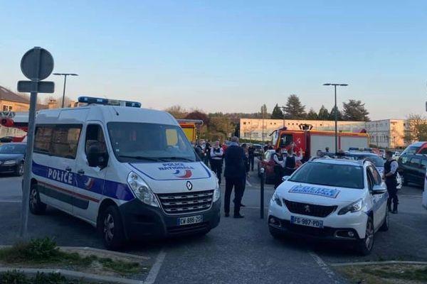 Pompiers, policiers et gendarmes réunis devant le centre hospitalier de Soissons pour rendre hommage aux soignants jeudi 9 avril 2020