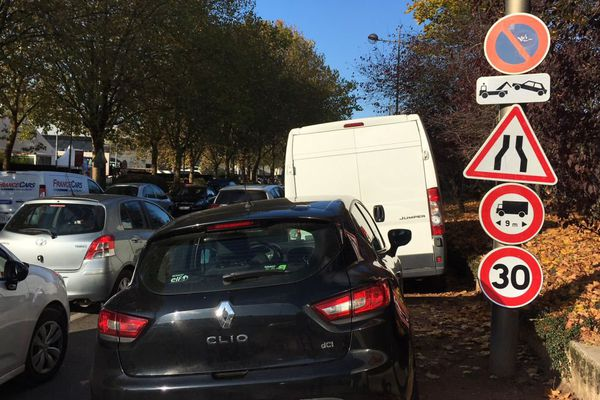 Trouver une place de stationnement près du parc des expositions est difficile pendant la foire de Dijon