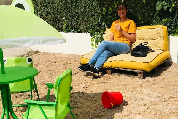 Les clients peuvent boire un verre les pieds dans le sable