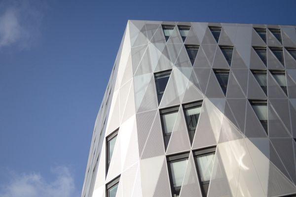 Près de la gare de Rennes, Identity est un ensemble de trois immeubles de 24 000 mètres carrés, commercialisé par le groupe immobilier rennais Giboire.