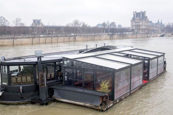 Une péniche sur la Seine en crue, à Paris, le 19 février 2018.