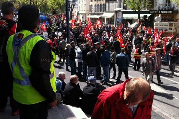 Un millier d'agents ERDF venus de toute la France se rassemblent devant la préfecture à Clermont-Ferrand pour soutenir leurs collègues de Montluçon.