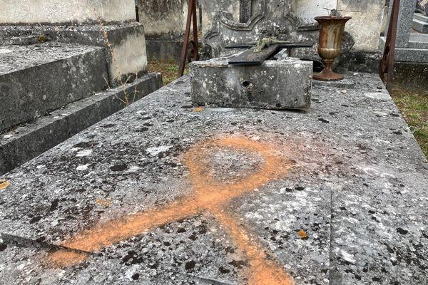 L'une des tombes taguées dans le petit cimetière de l'hôpital des Champs à Poitiers.