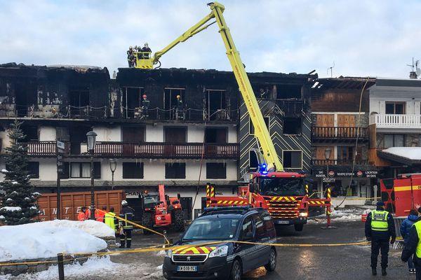 Les pompiers inspectent un bâtiment où deux personnes ont perdu la vie et 22 autres ont été blessées, dont quatre grièvement, lors d'un incendie majeur survenu le 20 janvier 2019 dans la station de ski de Courchevel dans les Alpes françaises. L'incendie qui s'est déclaré avant l'aube a forcé l'évacuation d'une soixantaine de travailleurs du centre de villégiature, y compris des étrangers, d'un immeuble d'habitation de trois étages. Les pompiers ont retrouvé les deux corps non identifiés dans une zone incendiée de l'immeuble de la station de ski haut de gamme de Courchevel 1850.