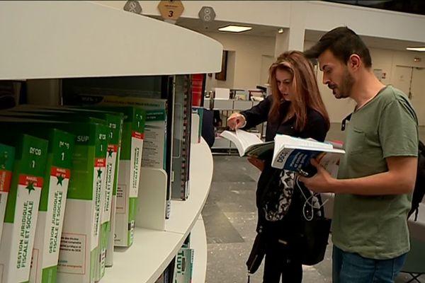 Deux demandeurs d'asile apprennent le français à l'Université Toulouse Capitole