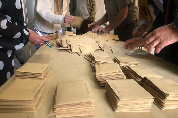 Dépouillement des bulletins de votes lors des élections régionales 2021