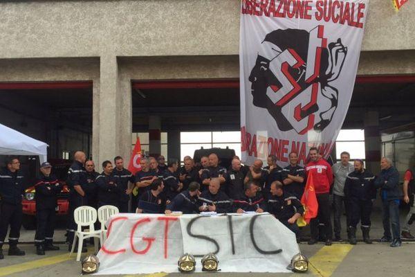 Les syndicats de pompiers de Haute-Corse donnent une conférence de presse devant le centre de secours à Bastia, le 10 mai 2016.