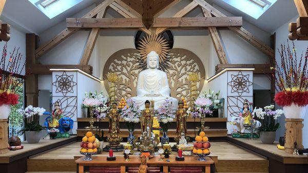 La salle des prières, consacrée au Bouddha.