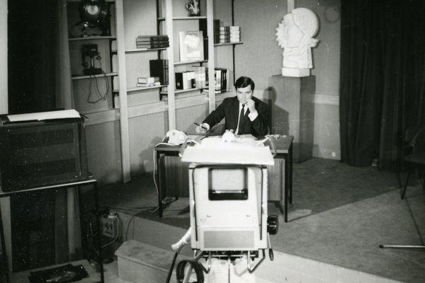 Jimmy Jonquard sur le plateau TV de Nancy Thermal. Juillet 1967. La sculpture en plâtre décorait l'entrée de Nancy Thermal et représentait la radiodiffusion.