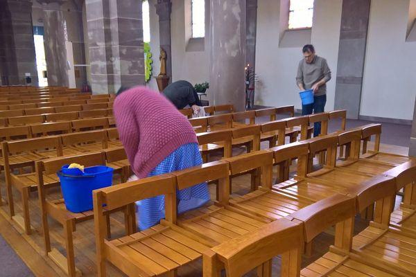Le mardi 12 mars au matin, les fidèles ont entrepris de remettre l'église en état.