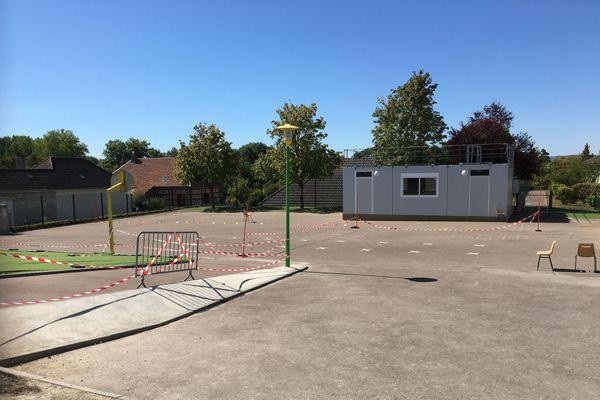 Des rubalises séparent les zones de récréation des classes. Pour le moment l'école primaire n'est pas fermée.