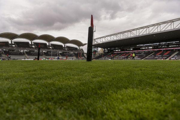 La fameuse pelouse du stade de Gerland est à vendre, avant de passer à une pelouse synthétique, au prix de 10 € le m2; le 09 juillet 2021 sur le site internet du club.