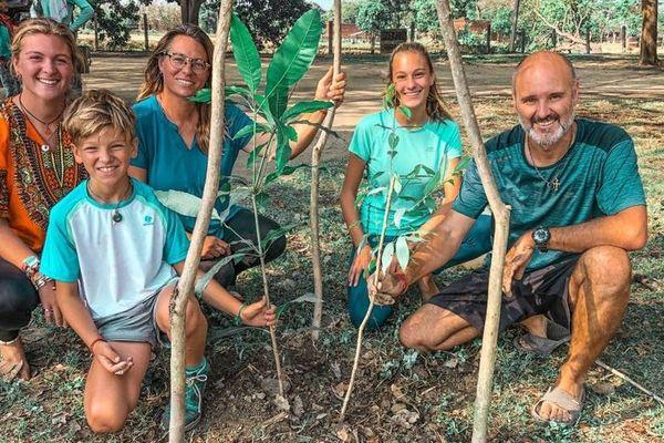 Virginie Pallarès avec son mari et ses enfants en Inde