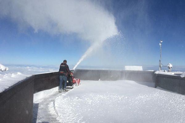 Déneigement de la terrasse sommitale, à 3842 mètres d'altitude