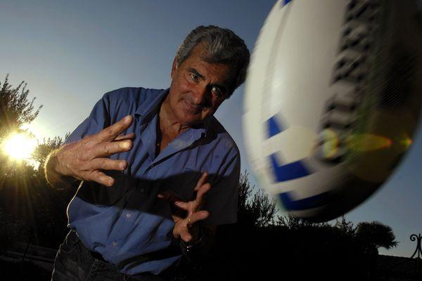 René FONTES, ancien DRH de Michelin et ex-président du club de rugby l' AS Montferrand - Clermont Auvergne photographie dans sa résidence d'Eygalieres en 2007.