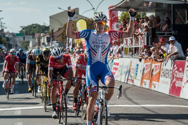 Arnaud Démare (Groupama-FDJ) s'impose dans la première étape du Tour Poitou-Charentes 2018 à Cognac (Charente)
