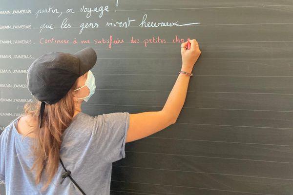 Toulouse - les voyageurs écrivent sur le mur d'expression de la gare Matabiau - 21 juin 2021.