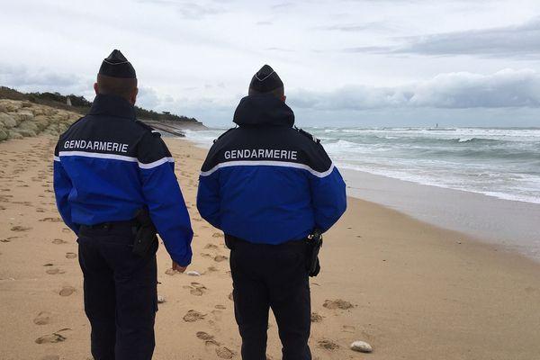 Les gendarmes patrouillent sur les plages de l'Île de Ré à la recherche d'éventuels ballots de cocaïne.