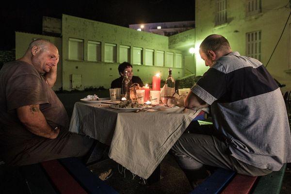Pour le réveillon de Noël, des bénévoles ont proposé au sans-abris de Bastia une soirée de fête.