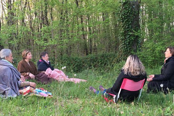 La réunion s'ouvre toujours par un moment de méditation, cette fois-ci, près d'un bois