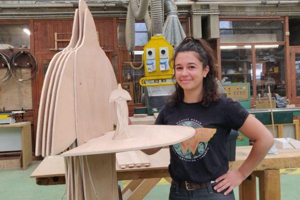 Louise Antony a conçu « Sans Pi », un porte costume constitué de fines couches de bois.