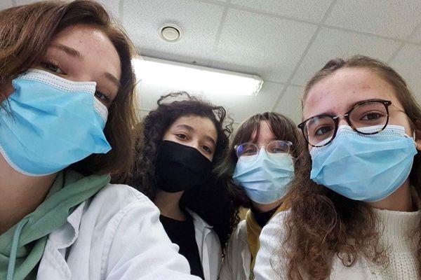 """Ana, Maysan, Chloé et Pauline, élèves du lycée du Sacré Coeur de Tourcoing sur le tournage de leur vidéo """"Opération chirurgie"""""""