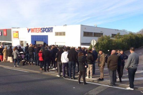 La file des supporters pour acheter les billets du match Canet - Caen.