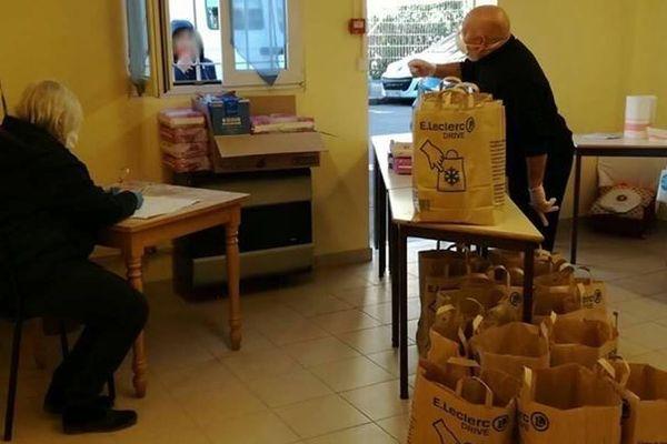 Interdiction de franchir la porte ces dernières semaines pour les nombreux bénéficiaires des colis alimentaires du Secours Populaire. Il y a une hausse de 40% du nombre de personnes à aider.