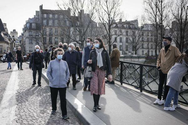 Des Parisiens le 21 février 2021 sur les quais de Seine (illustration).