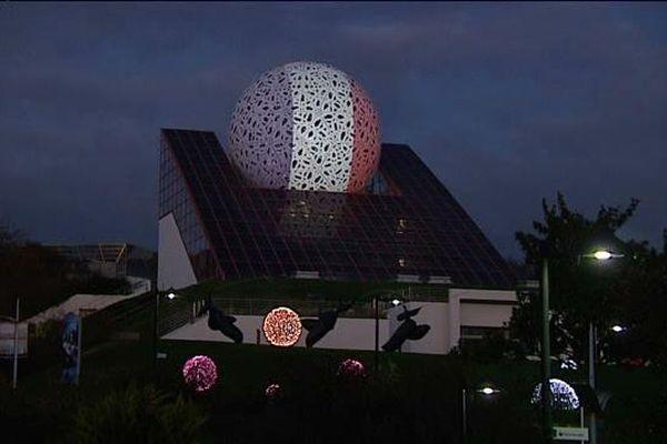 La boule du Futuroscope en bleu-blanc-rouge