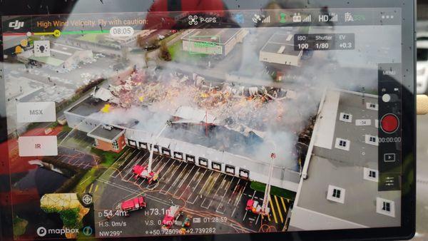 Sur cette image capturée par le drone des pompiers du SDIS du Nord, on constate que les flammes ont entrainé l'effondrement de tout l'entrepôt.