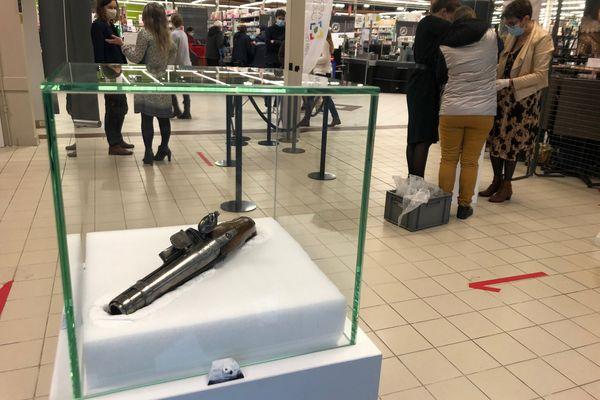 <p>L'exposition en cours d'installation dans un supermarché à Charleville-Mézières. Ici un pistolet de 1770 fabriqué par la manufacture d'armes de Charlevile.&nbsp;</p>
