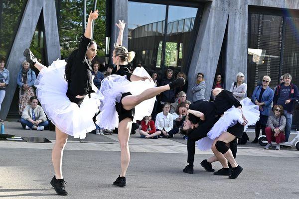 A partir de Novembre, le Groupe Urbain d'intervention dansée (G.U.I.D) du ballet Preljocaj viendra présenter des extraits des ballets du chorégraphe dans l'espace public.