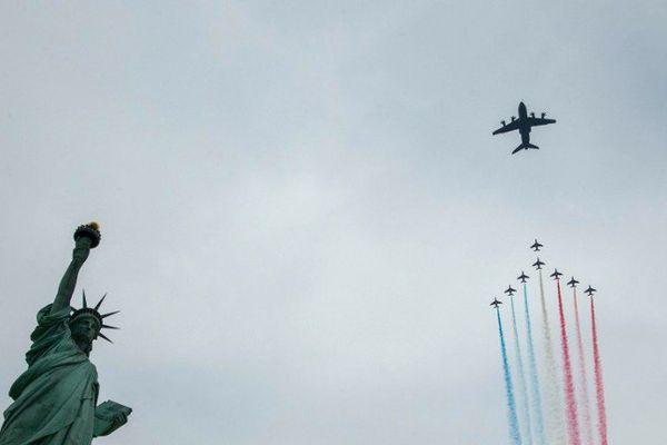 La patrouille de France filmée à partir d'un avion cargo de Bricy, passe au-dessus de la statue de la liberté à New York (Etats-Unis)