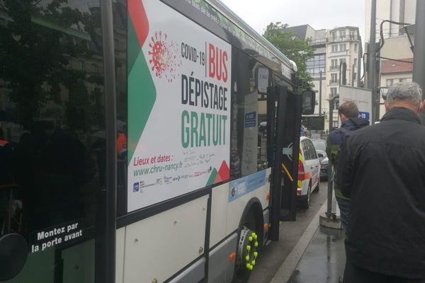 Le bus affrété pour le dépistage du Covid-19 à Nancy, vendredi 05 juin 2020.