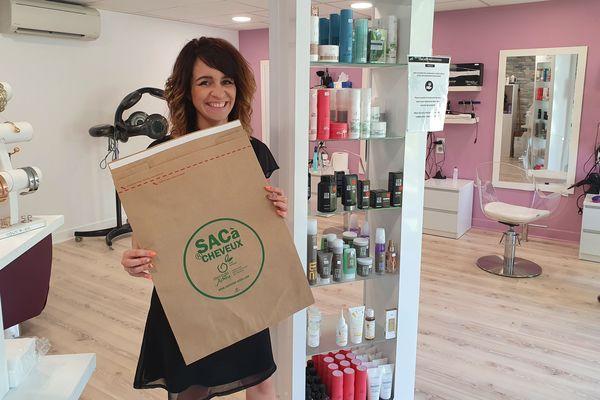 Sabrina Claverie collecte les cheveux de ses clients dans ces sacs en papier, qu'elle expédie pour qu'ils soient recyclés.