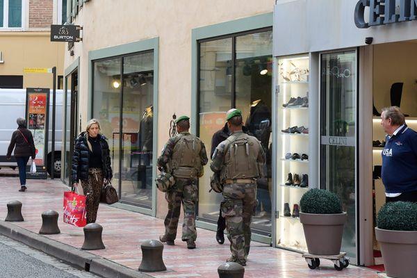 Des militaires de l'opération sentinelle en patrouille.